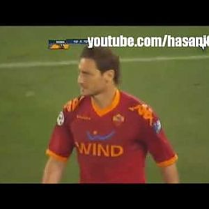 Totti Kicks Balotelli !! - YouTube